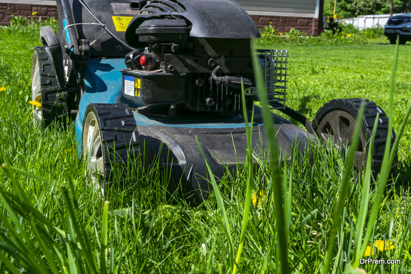 Commercial lawn mower features